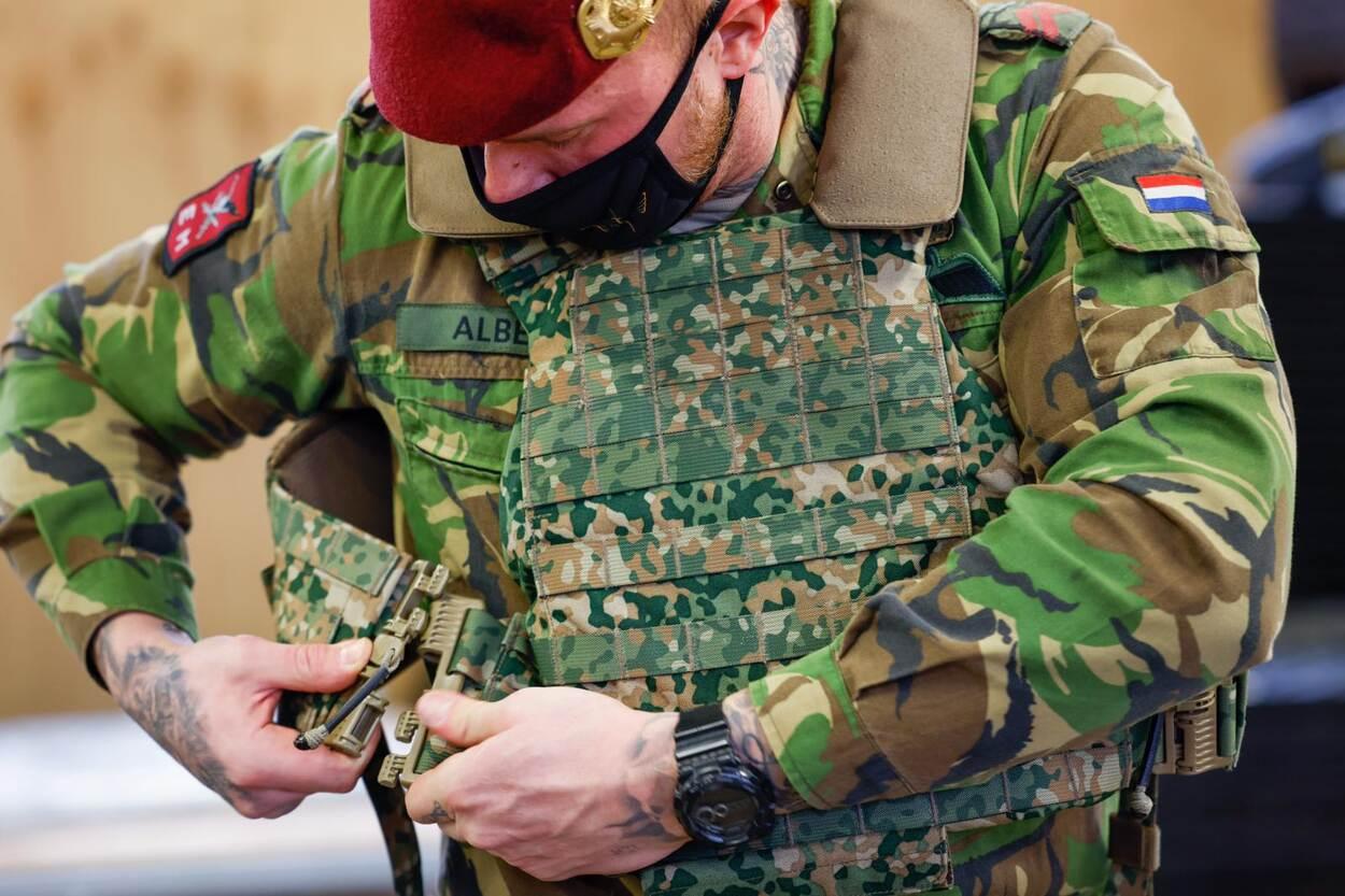Infanteriebataljon ontvangt als 1e nieuwe helm en uitrusting