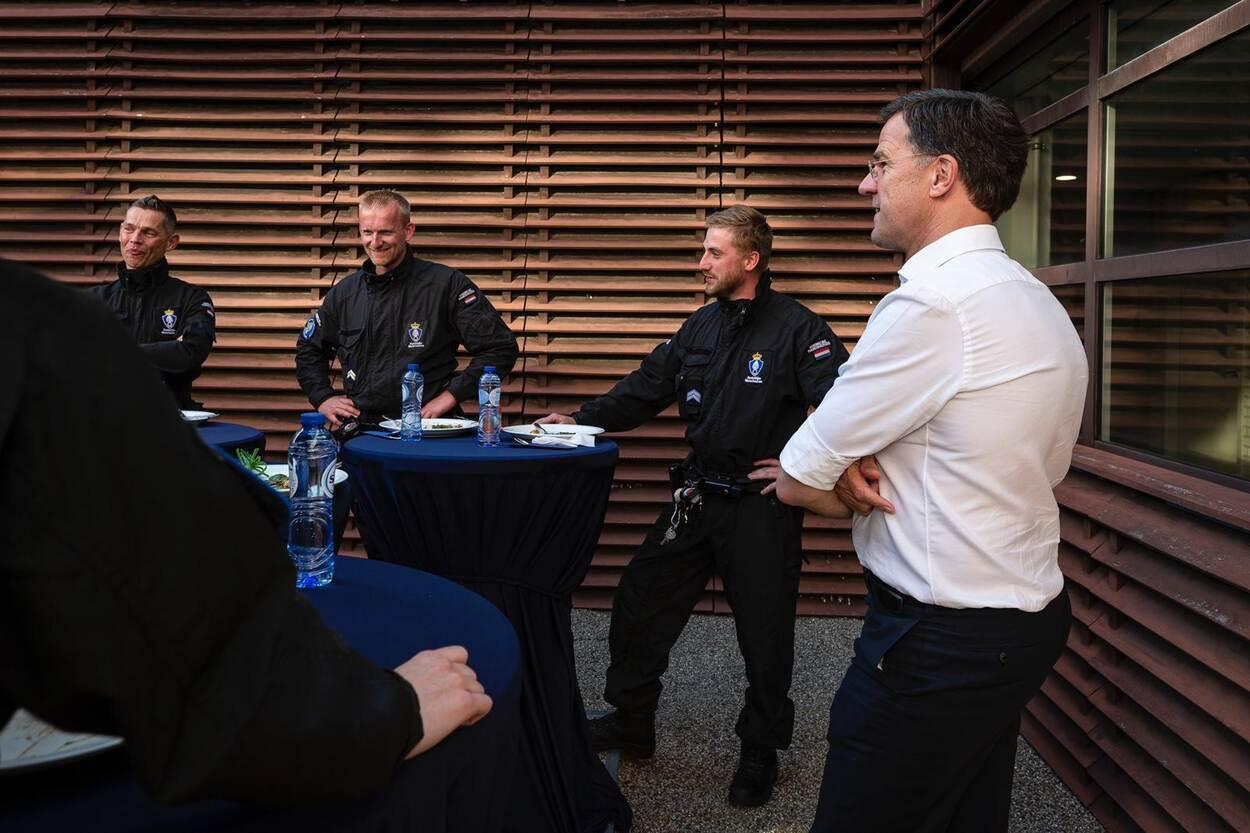 Premier Rutte bedankt marechaussee voor acties tijdens avondklokrellen