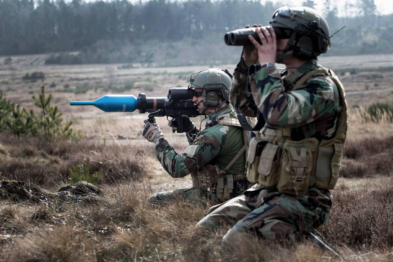 Een marinier staat op het punt om een Panzerfaust 3 af te vuren tijdens een oefening ter voorbereiding op VN-missie Minusma in Mali.