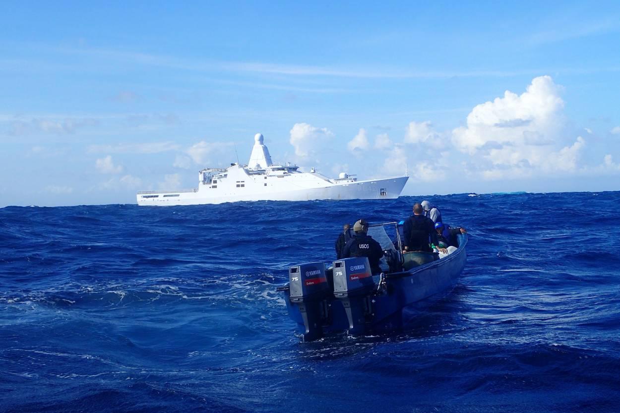 HNLMS Frisia nei Caraibi.  In primo piano, la terza nave del traffico di droga che ha intercettato la nave pattuglia in meno di un mese, novembre 2015.