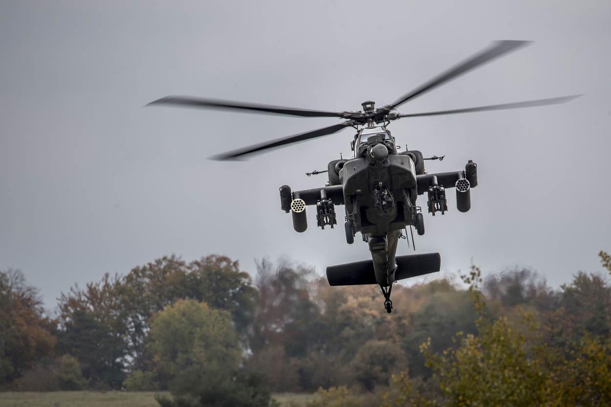 L'Apache sfiora le cime degli alberi dell'area di addestramento tedesca Hohenfels durante l'esercitazione NATO Swift Response (ottobre 2017).