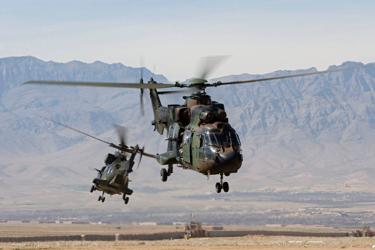 2 Cougar helikopters in bergachtige omgeving