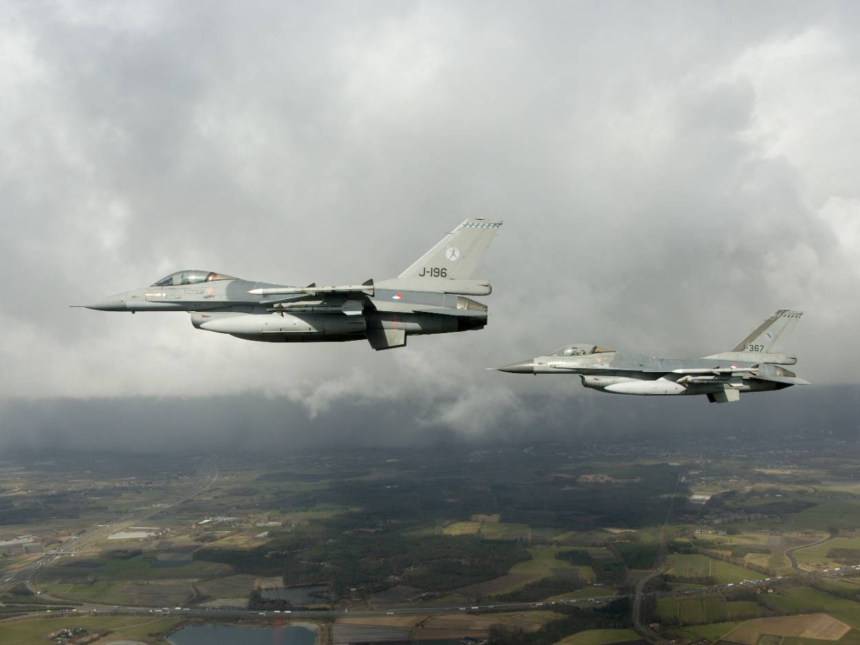 2 F-16's boven groen landschap | Extra jachtvliegers in luchtruim tijdens Frisian Flag