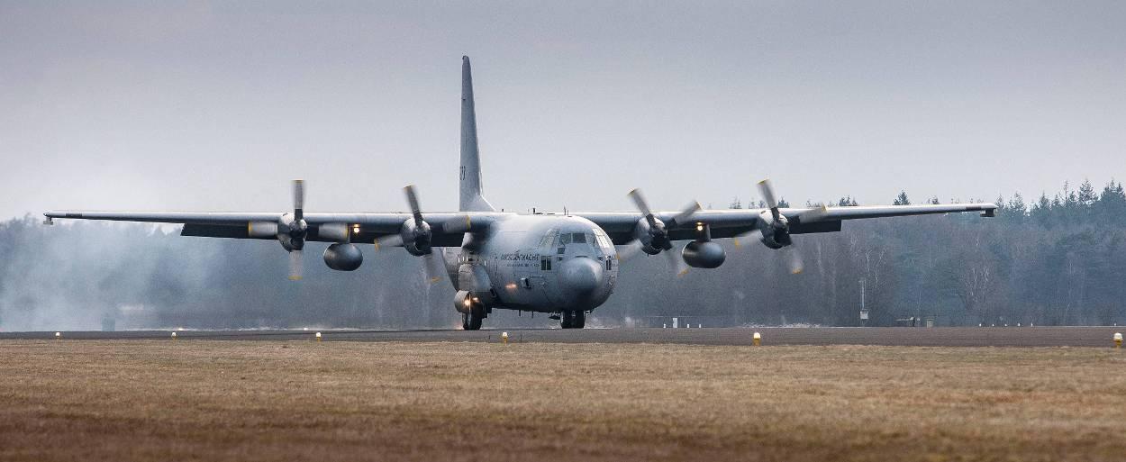 Een C-130 Hercules landt op voormalig Vliegbasis Twente tijdens oefening Cerberus Guard, maart 2013.