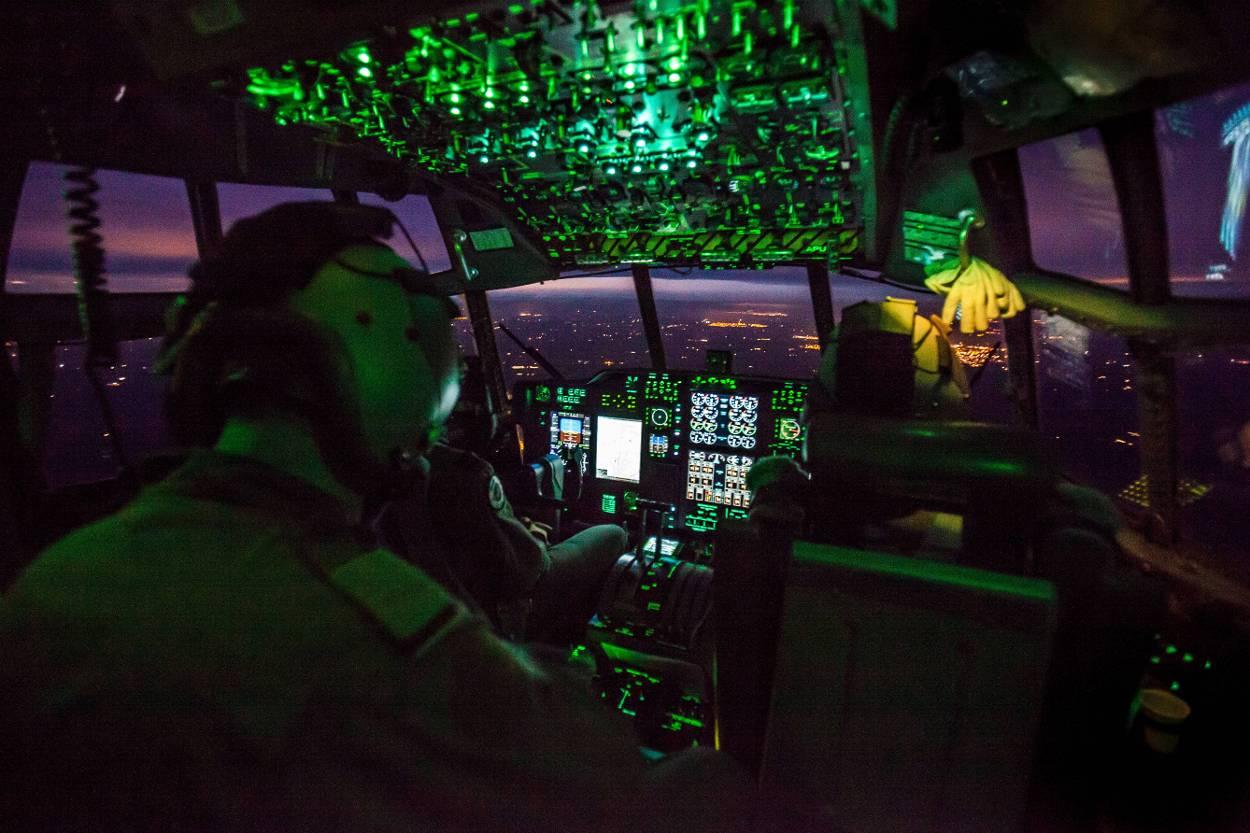 De crew van een C-130 Hercules oefent nachtvliegen met nightvision goggles.