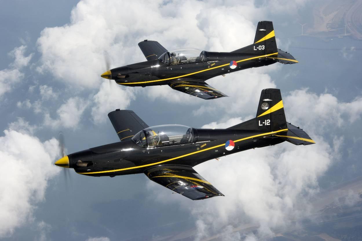 PC-7 lesvliegtuigen in de lucht