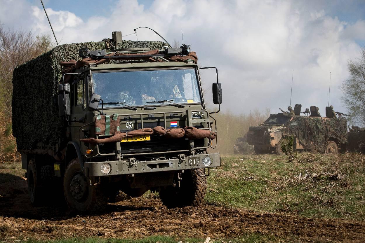 Een DAF YAI-4442 (inbouwvariant). Op de achtergrond rijdt een Bushmaster.