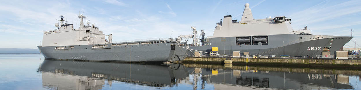 Zr. Ms. Karel Doorman en Zr. Ms. Rotterdam in de haven van Den Helder
