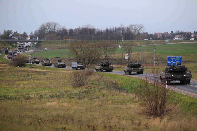 Konvooi tanks over de weg.