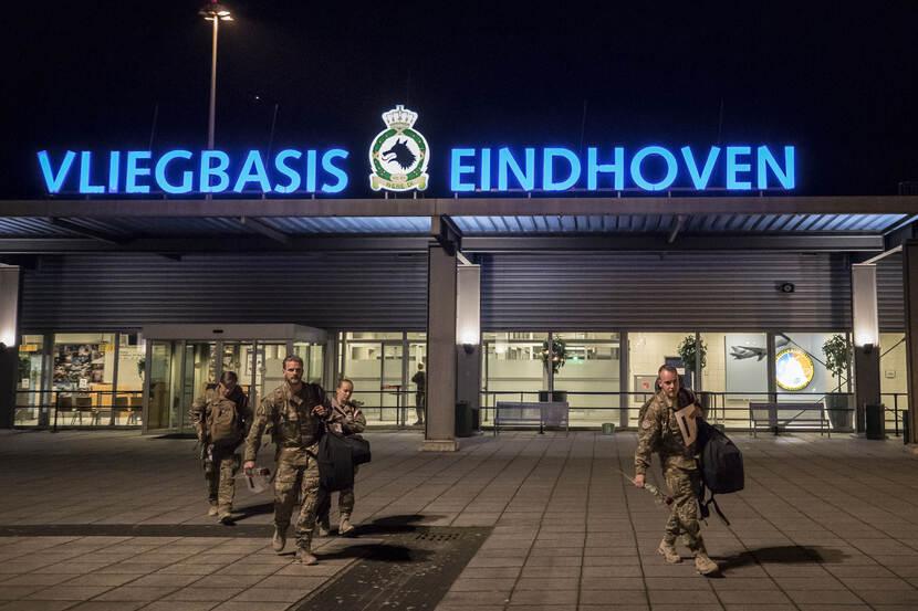 Een groepje militairen loopt op Vliegbasis Eindhoven.