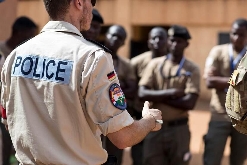 Archieffoto uit 2019. Instructeurs van de marechaussee leiden politieagenten in Niger op in bordermanagement. De lessen gingen over de aanpak van onder meer wapensmokkel, illegale immigratie en documentenfraude.