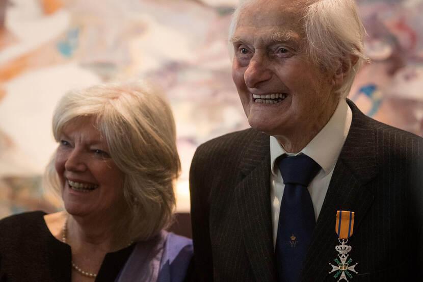 Archieffoto van Ridder MWO Ken Mayhew en zijn vrouw Patricia.