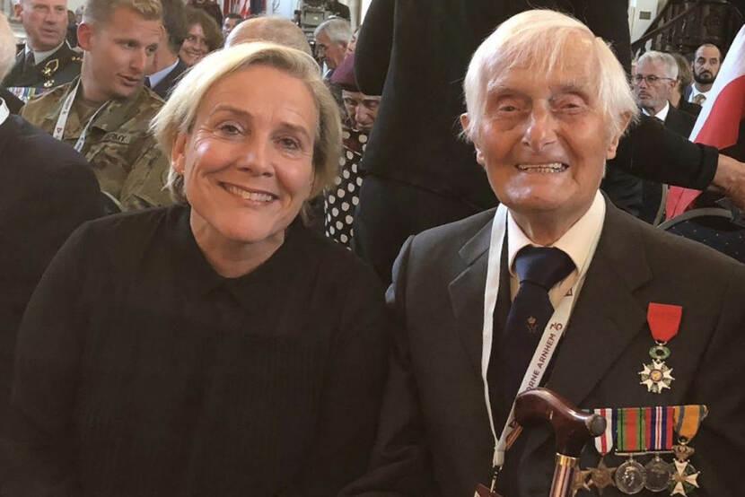 Minister Bijleveld en Ridder MWO Mayhew tijdens 75 jaar herdenking Slag om Arnhem.