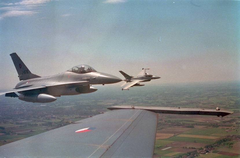 Luchtopname F-16A's van 312 Squadron.