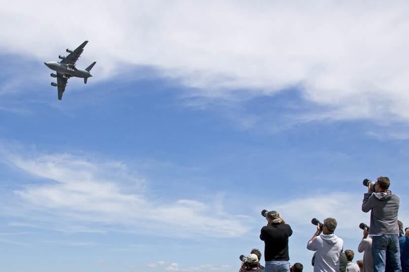 Air Force Days , Vliegtuigspotters fotograferen een F-16 in de lucht