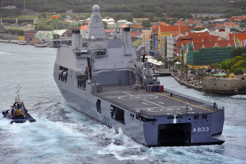 De binnenkomst van Zr. Ms. Karel Doorman in Willemstad, Curaçao (24 juni 2015).