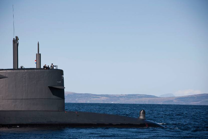 Zr.Ms. Bruinvis in de logs ten westen van Schotland tijdens de SubMarine Command Course in 2012. Een internationaal gezelschap van toekomstige onderzeebootcommandanten neemt deel aan deze intensieve opleiding.