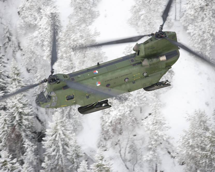Chinook transporthelikopter in de sneeuw