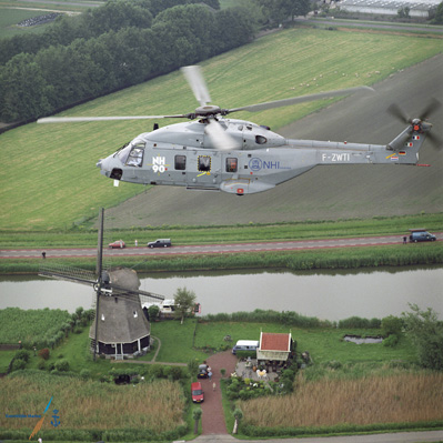 NH90 helikopter boven Hollands landschap