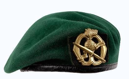 De groene baret met het embleem
