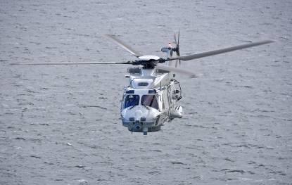 Vooraanzicht NH90 helikopter boven zee.