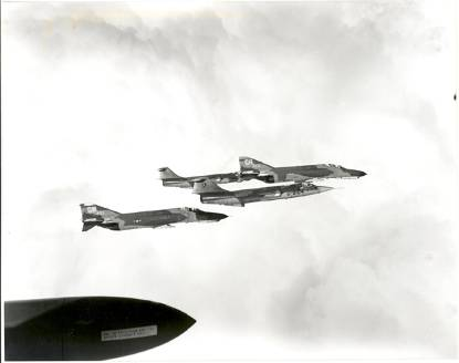 Lockheed F-104 G Starfighters en 2 T-4 Phantom van de US Air Force in de lucht.